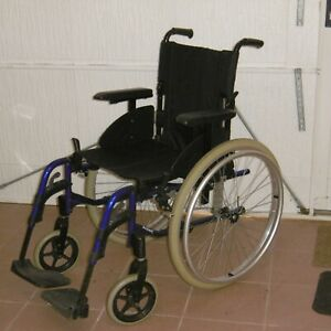 Fauteuil roulant invacare manuel pliable pour personne agée ou handicapée