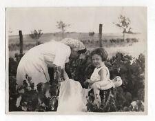PHOTO - Snapshot Femme Enfant Vendange Vin Raisin Peluche Jouet - Courtois 1947