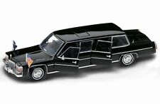 Diecast Road Signature 1/24 1983 Cadillac Presidential Limousine Fleetwood 24098