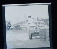 Mère et son enfant sur le port - Bateau -  Ancien négatif Photo