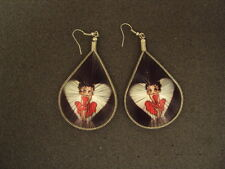 NEW PAIR OF THREAD EARRING W/ BETY PICTURE