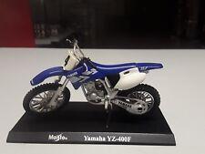 Maisto 1:18 Yamaha YZ 400F in Blauweiss Standmodell mit Grundplatte.