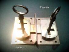 Einlaßschlösser 2 Vitrinen Eisen 1rechts 1links Restaurierungsbedarf Schlüssel