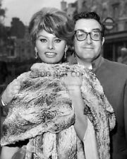 SOPHIA LOREN & PETER SELLERS IN LONDON'S WEST END - 8X10 PUBLICITY PHOTO (RT986)