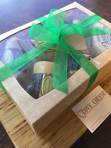 Cheese Hamper , 5 Flavors plus 2 Packs of Oatcakes ,