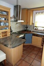 Küche Massivholz Pinie Granit mit Theke und Barhockern und Elektrogeräten