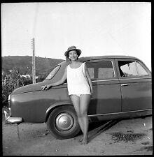 Jeune femme chapeau appuyée sur voiture ancienne - Ancien négatif photo an. 1960