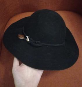 Chapeau fedora laine H&M noir avec plume dorée