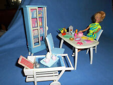 Süße Barbie in Ihrem Esszimmer mit Vitrine, Tisch, Servierwagen, 2 Stühle u.a.