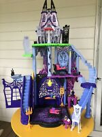 Monster High Freaky Fusion Catacombs Castle Playset, Furniture & Extras
