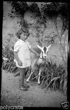 Portrait petite fille avec chèvre biquette -  ancien négatif photo an. 1930 40