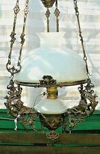 lustre à contrepoids et poulies style lampe à pétrole opaline et métal ouvragé