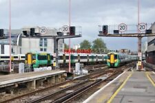 PHOTO  ONE IN ONE OUT CLASS 377S CROSS AT LONDON BRIDGE RAILWAY STATION