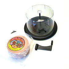 Set Käsehobel mit Haube aus Kunststoff und halber Laib Tete de Moine AOP Käse
