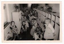 PHOTO Classe de Maternelle 1950 École Enfant Écolier Vestiaire Chaussures Casier