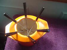 Le creuset fondue plat avec rare col et brochettes