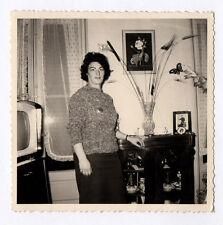 PHOTO ANCIENNE Snapshot Poste Télé Télévision TV Femme Vers 1960 Vase