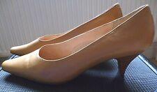 Lady's Beige Leather Clarks Court Shoes kitten Heels 5/38