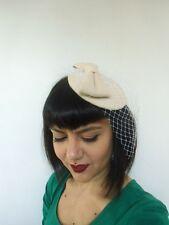 Mini chapeau bibi plat rétro vintage beige noeud feutre voilette résille pinup