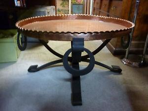 Table basse piètement fer forgé dessus plateau cuivre