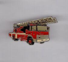 Pin's pompier / camion échelle sapeurs pompiers Iveco (signé badges impact)
