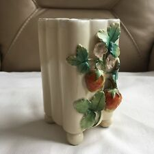 Antiguo Vintage porcelana pintada a mano de piqueros de patas Fresa Estriado derrame Bud Vase