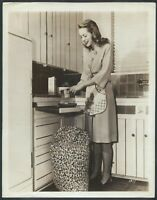 Janet Leigh of Hitchcock's Psycho Original 1950s Candid At Home Kitchen Photo