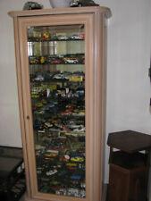 Meuble Vitrine en hêtre et sa collection de voitures miniatures
