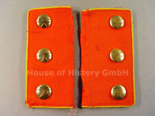 Paar Ärmelpatten: rote Patte, gelbe Paspelierung, 6 goldene Knöpfe, 103432