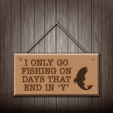 I Only Go Fishing sur jours qui fin en Y - gravé Plaque murale en bois / SIGNE