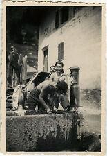 PHOTO ANCIENNE - VINTAGE SNAPSHOT - HOMME TOILETTE FONTAINE MONTAGNE DRÔLE - MAN