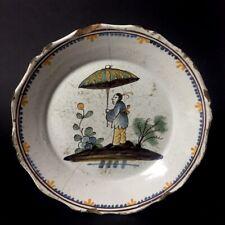 Assiette au Chinois et au parapluie en faïence de Nevers XVIIIe - XIXe 18e 19e