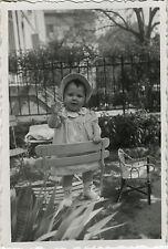 PHOTO ANCIENNE - VINTAGE SNAPSHOT - ENFANT CHAISE ÉQUILIBRE MODE JARDIN - CHILD