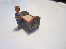 Püppchen und Bett aus Holz, Miniatur