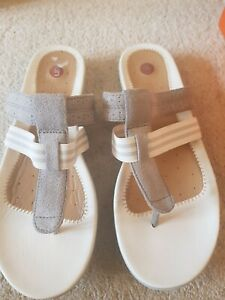 Ladies Clarks toe post sandals. Size 6 Un sheena. Unstructured. Silver leather