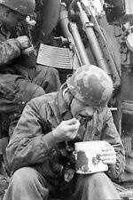 WW2 - Repas des parachutistes allemands servants d'une pièce de DCA légère