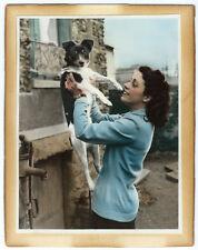 Photo peinte, jeune femme heureuse et son petit chien vers 1940 tinted photo