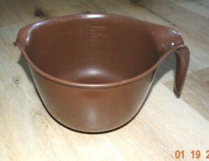 Rubbermaid #2663 Brown 12 Cup 3L Mix N Grip Batter Bowl w/Handle & Spout