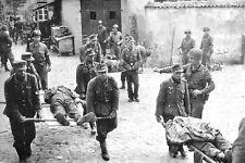 WW2 - Les prisonniers allemands brancardent leurs blessés à Bréhal fin Jul 44