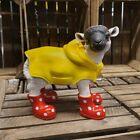 Figur Lamm mit roten Gummistiefeln + Regenmantel Schaf Tier Garten Deko #3358