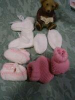 lot tricotés laine rose,blanc des chaussons et des moufles laine ,bébé ,naissanc