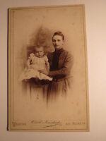 Wilster - junge Frau mit Baby - kleines Kind - Kulisse / CDV