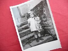 PHOTO ANCIENNE - VINTAGE SNAPSHOT - ENFANT avec POUPÉE POUPON - CHILD DOLL TOY 2