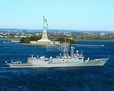 USS SIMPSON SAILS PAST THE STATUE OF LIBERTY OCTOBER 2004 - 8X10 PHOTO (FB-316)