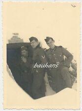 Foto deutsche Landser  vor Bunker -Schild 2.WK (d285)