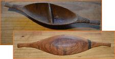 Pirogue en bois compartimentée, artisanat africain. Dim : 0,38 x 0,93 m