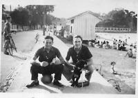 DR392 Photographie Photo vintage Snapshot homme man chien dog plage beach mer se