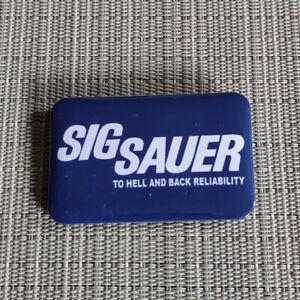 1 SIG SAUER / FIREARMS / NRA / RECHTECK / BUTTON / PIN / BADGE / 60/40 mm