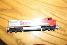 HO SCALE SANTA FE 876 POWERED RUNS WELL BODY NOT FITTING ON FRAME
