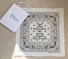 Dior SS17 bandana foulard carre avec Feminist Motif et DIOR boutique sac